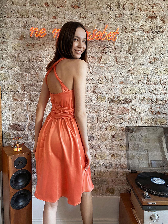 Pembe Kruvaze Yaka Sırt Detaylı Saten Kloş Elbise