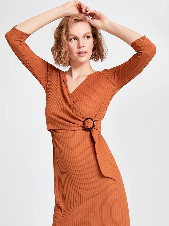 Kahverengi Kruvaze Yaka Detaylı Jakarlı Kalem Elbise 9SM141Z8 LC Waikiki