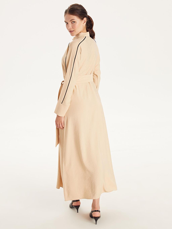 Bej Kendi Kumaşından Kuşaklı Uzun Viskon Elbise