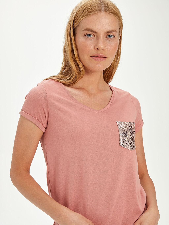 Kadın Pul Nakışlı Cep Detaylı Tişört