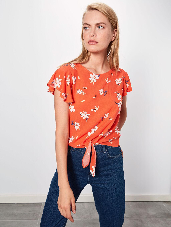 %100 Viskoz Düz Baskılı Krinkle Kısa Kol Bluz Standart Beli Bağlama Detaylı Çiçek Desenli Viskon Bluz
