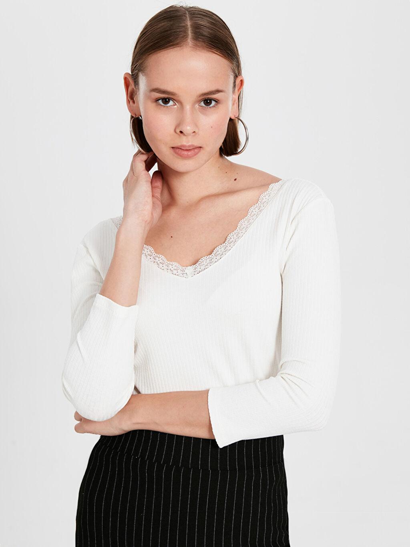 %61 Polyester %33 Viskoz %6 Elastan Var Standart V yaka Nakışlı Uzun Kol Tişört V Yaka Dantel Detaylı Tişört