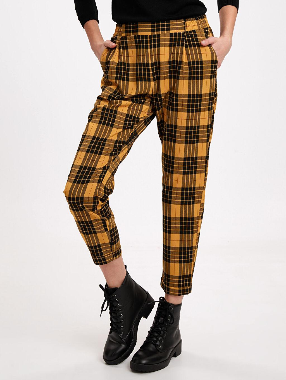 %65 Polyester %3 Elastan %32 Viskon Normal Bel Havuç Kolay Ütülenebilir Pantolon Beli Lastikli Ekose Havuç Pantolon