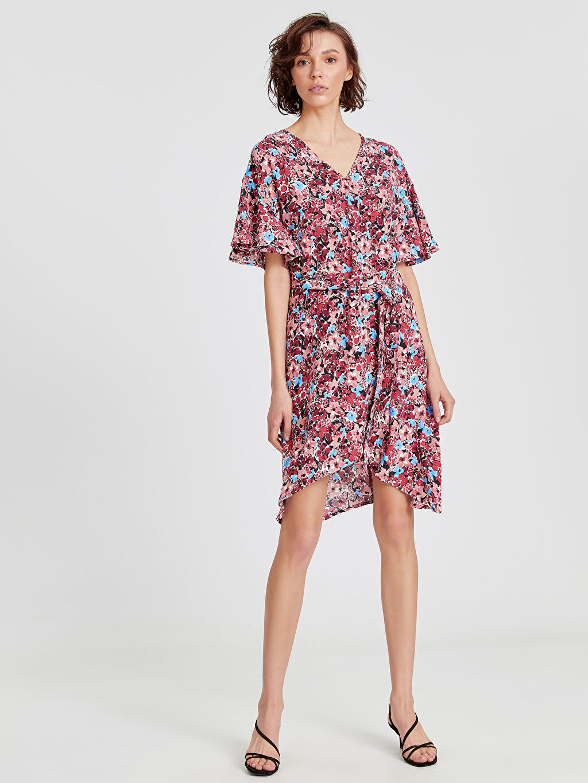 %100 Viskoz Desenli Kısa Kol Kruvaze Yaka Fırfır Detaylı Desenli Elbise