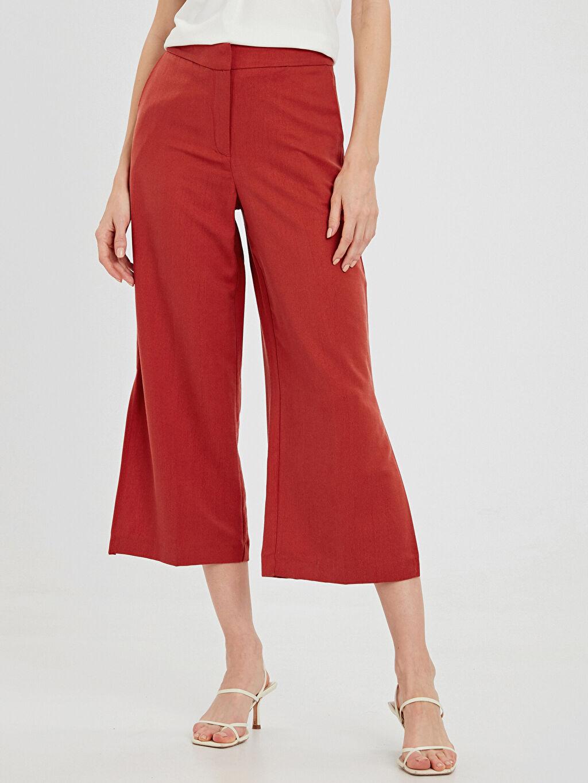 %32 Poliester %68 Lyocell Bol Normal Bel Kısa Paça Pantolon Paçaları Yırtmaç Detaylı Capri Boy Pantolon