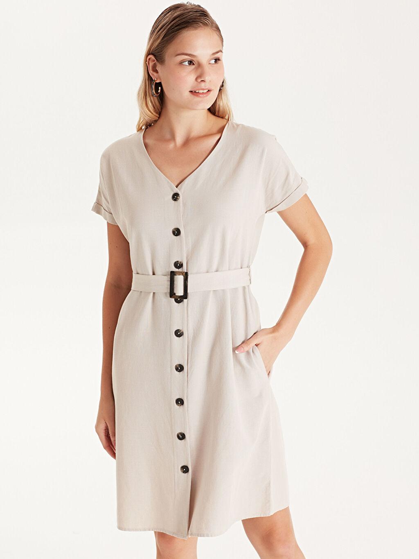 %40 Pamuk %10 Keten %50 Viskoz Diz Üstü Düz Kısa Kol Kemerli V Yaka Gömlek Elbise