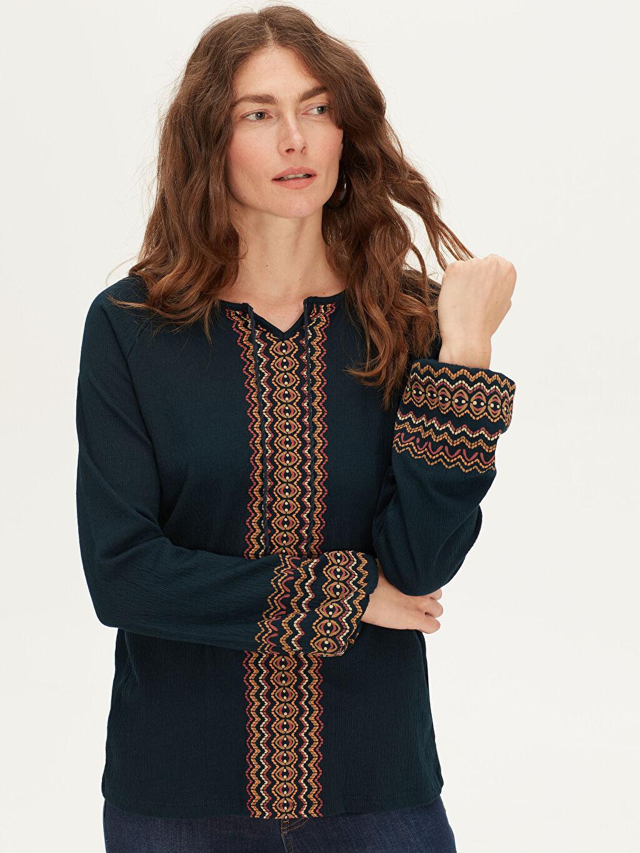 Kadın Desenli V Yaka Tişört