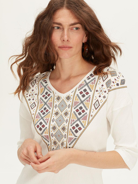 %96 Pamuk %3 Polyester %1 Elastan Tişört Yok Standart V yaka Nakış İşlemeli Pamuklu Tişört
