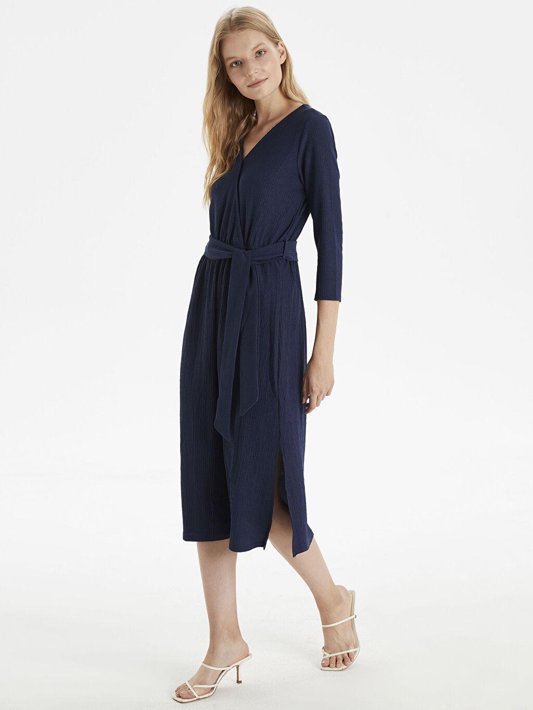 %98 Polyester %2 Elastan Diz Altı Desenli Uzun Kol Kuşaklı Kruvaze Yaka Elbise