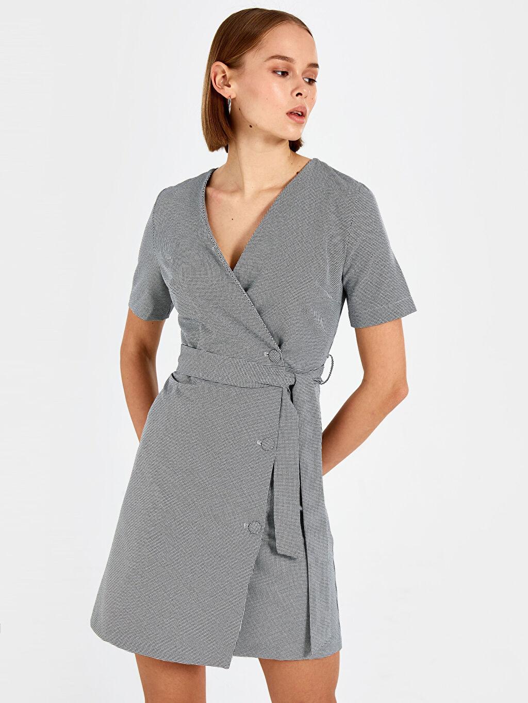 %93 Polyester %7 Elastan Diz Üstü Desenli Kısa Kol Kaz Ayağı Desenli Kuşaklı Elbise