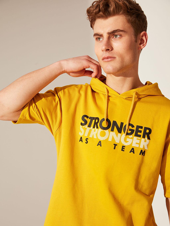 Sarı Kapüşonlu Baskılı Kısa Kollu Sweatshirt 0SO569Z8 LC Waikiki