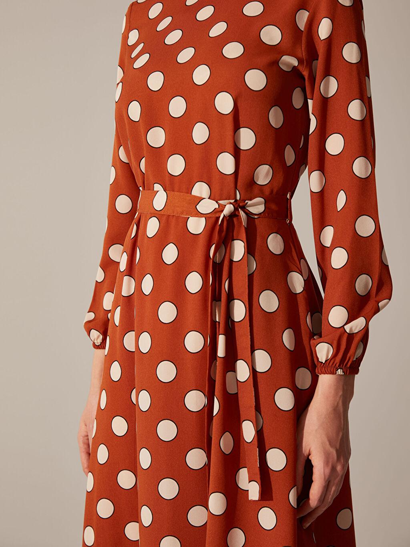 Kahverengi Puantiyeli Kuşaklı Elbise