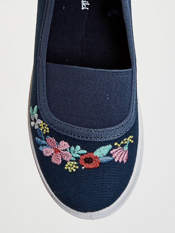 LC Waikiki Lacivert Kız Çocuk Çiçek Nakışlı Babet Ayakkabı