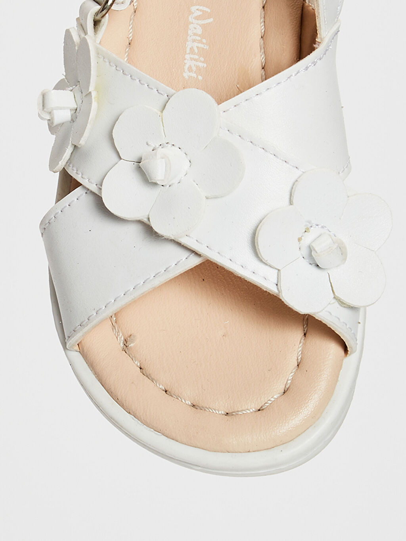 LC Waikiki Beyaz Kız Bebek Çiçek Detaylı Çapraz Bantlı Sandalet