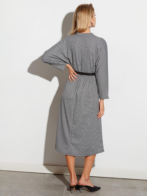 Dokulu Kumaştan Kemerli Kloş Elbise