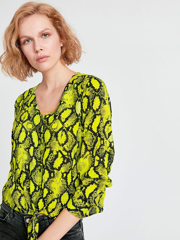 Standart Düz Uzun Kol Bluz V Yaka Beli Bağlama Detaylı Desenli Neon Bluz