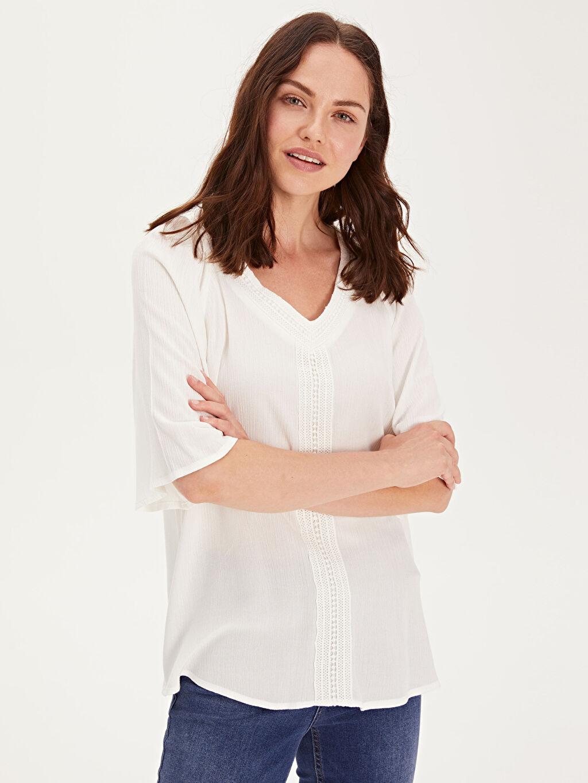 Düz Standart Kısa Kol Bluz V Yaka Krinkle Bluzan Patsız Dantel Detaylı Viskon Bluz