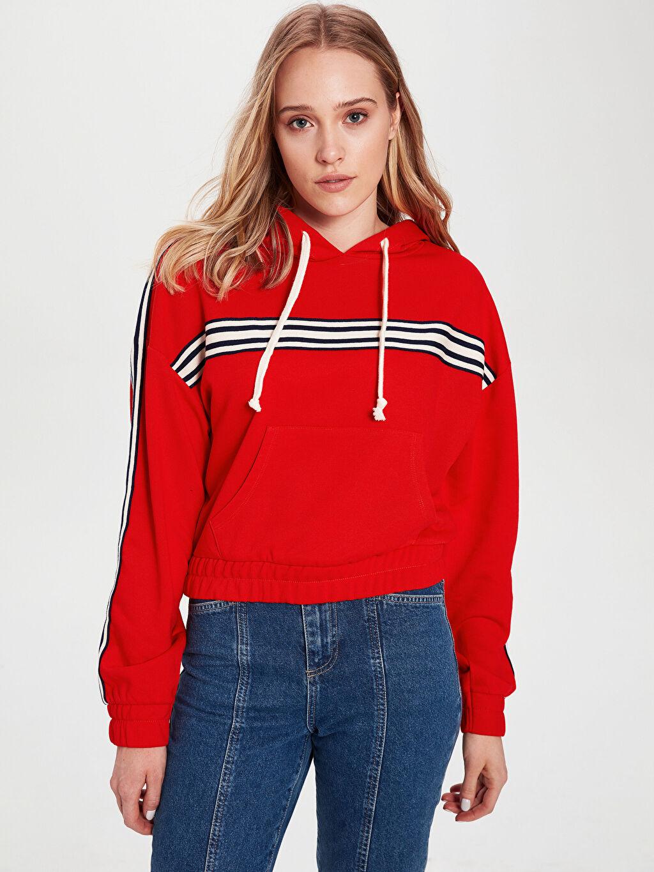 Kırmızı Şerit Detaylı Kapüşonlu Crop Sweatshirt 0S8793Z8 LC Waikiki