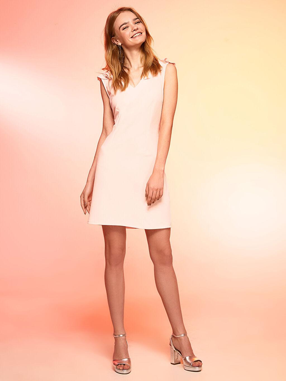 %92 Polyester %8 Elastan Elbise Kısa Kolsuz Dar Vücuda Oturan Düz Parti Orta Kalınlık Fırfır Detaylı V Yaka Elbise
