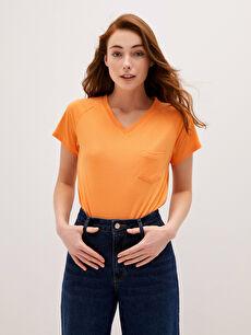 V Yaka Düz Kısa Kollu Cep Detaylı Kadın Tişört