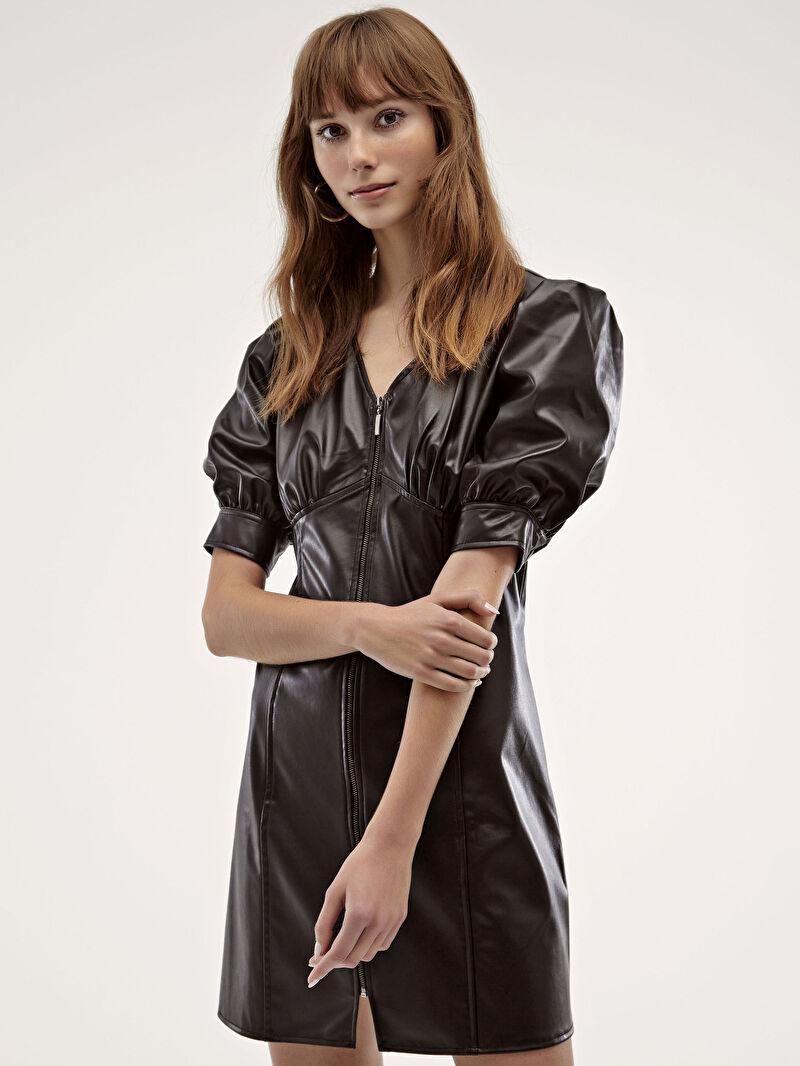 %100 Polyester  %100 Polivinilklorür  %100 Polyester  Elbise V Yaka Kısa Kol Düz Deri Görünümlü Önü Fermuarlı Elbise